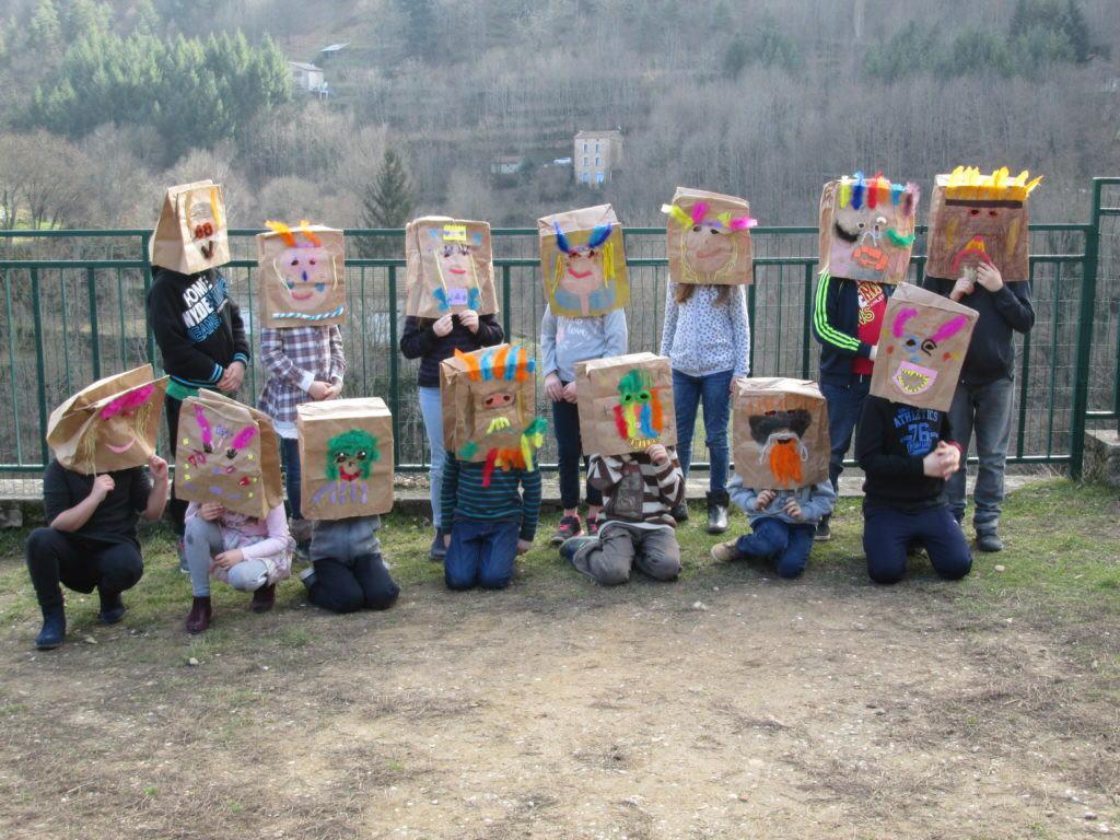 ce2-carnaval-confection-des-masques-1024x768