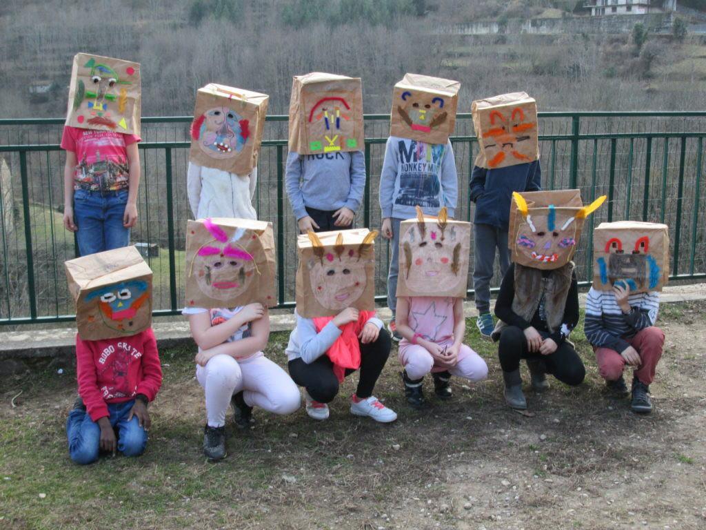 cm1-carnaval-confection-des-masques-1024x768